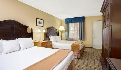 Howard_johnson_express_lakefront_park_guestroom_03