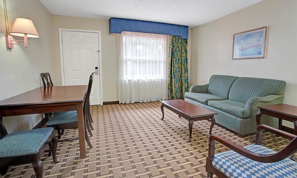 Howard Johnson Express Lakefront Park Suite 01