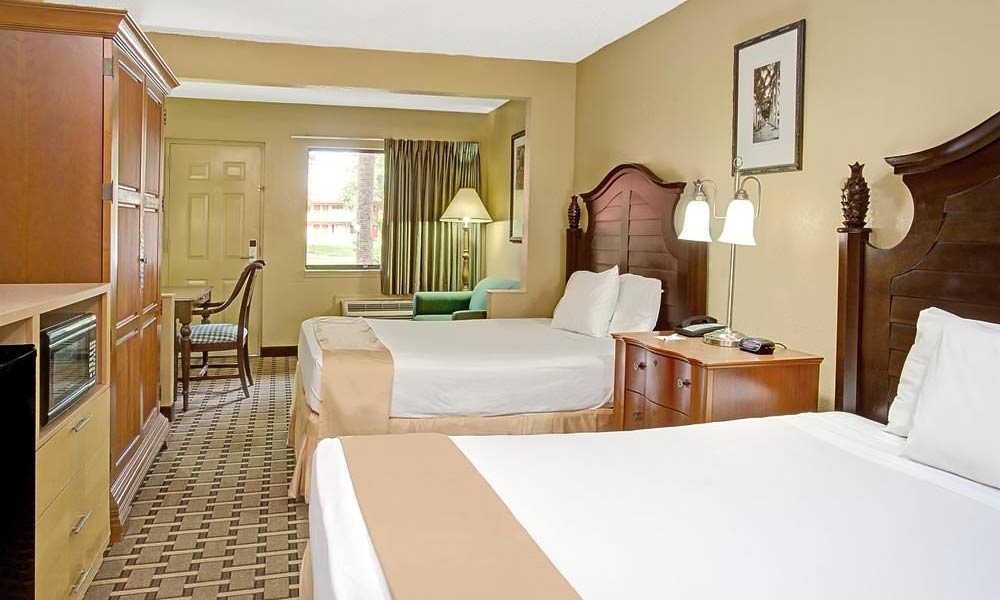 Travelodge_suites_east_gate_orange_guestroom_02