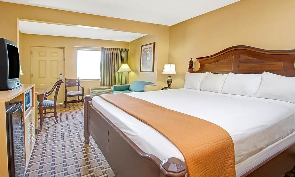 Travelodge_suites_east_gate_orange_guestroom_03