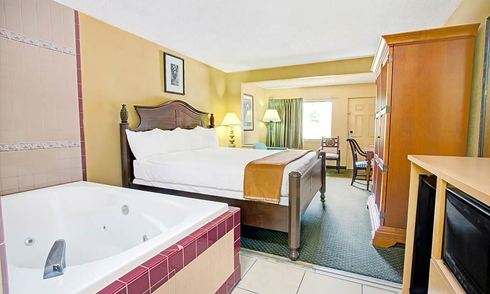 Travelodge_suites_east_gate_orange_guestroom_04