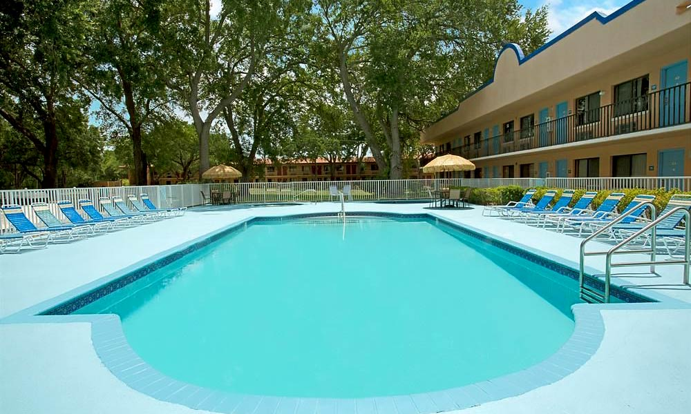 Travelodge_suites_east_gate_orange_pool_01
