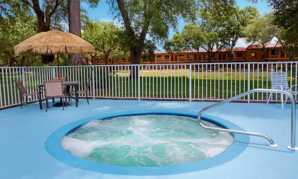 Travelodge_suites_east_gate_orange_pool_02