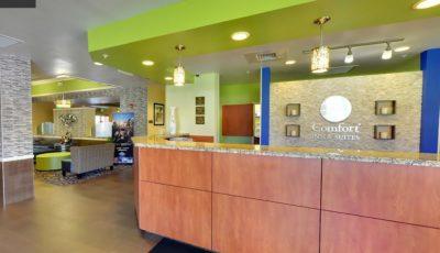 Comfort-inn-suites-universal-cc-front-desk-02
