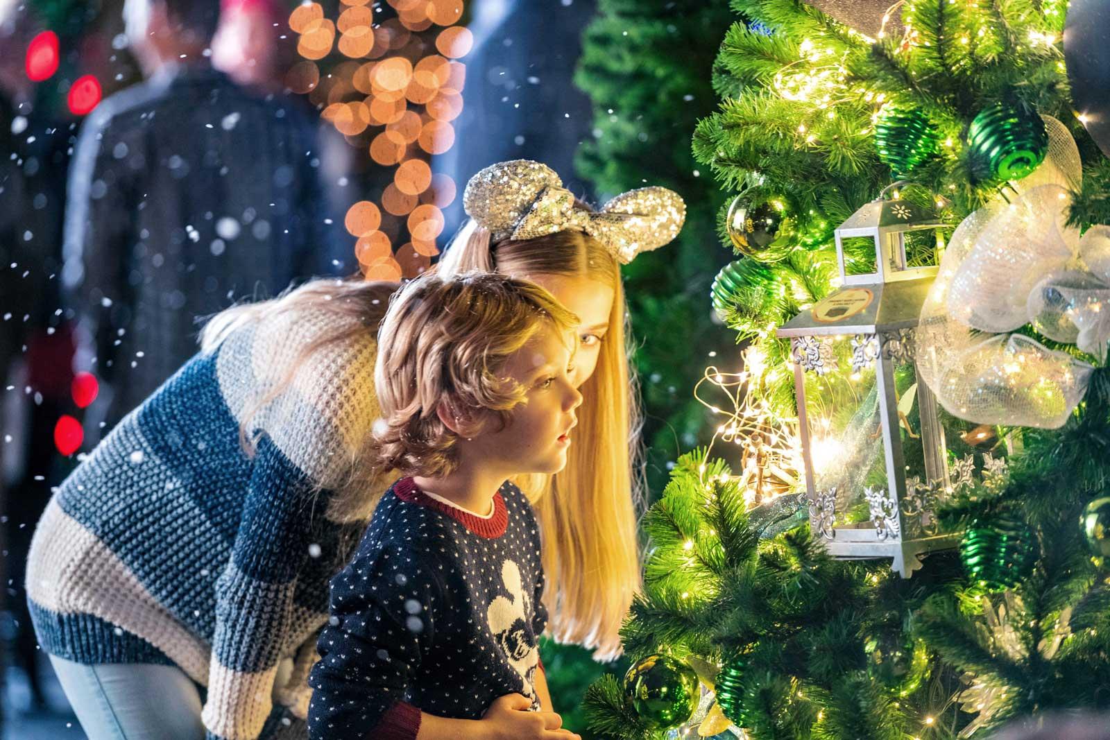 Disney_Christmas_tree_kid_1600px