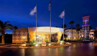 Hotel Clarion Suites MG: Front Of Hotel At Night