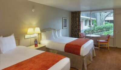 Hotel Ramada Gateway: Room With Two Beds And Table