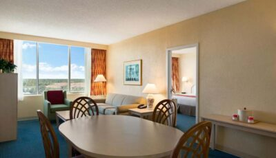 Hotel Ramada Gateway: Room View With Lounge Area And Dining Table