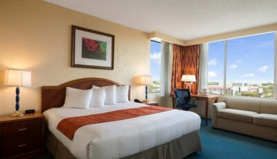 Hotel Ramada Gateway: Room With One Bed And Couch