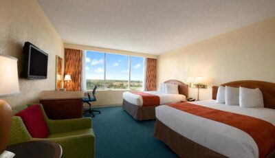 Hotel Ramada Gateway: Room With Two Beds, Desk, And Lounge Chair