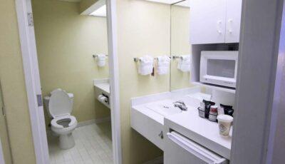 Hotel Ramada Gateway: Room With Coffe Area, Wash Room