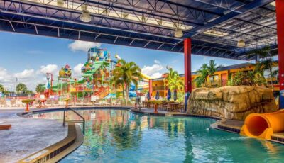 Hotel Coco Key Water Park: Covered Outdoor Pool Area With Slides
